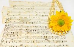 Oude klassieke muziekscores met parels en bloem Royalty-vrije Stock Afbeelding