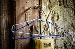 Oude kleerhangers op de muur Royalty-vrije Stock Foto