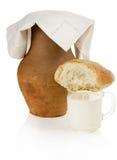 Oude kleikruik, brood en een mok melk Stock Foto's
