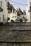 Oude kleine auto in Villiage Royalty-vrije Stock Fotografie