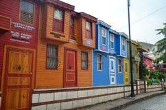 Oude kleine houten colorfullhuizen in het Fatih-district stock fotografie