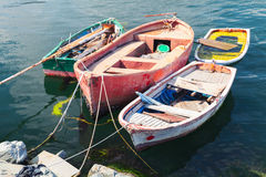 Oude kleine houten die vissersboten in haven worden vastgelegd Royalty-vrije Stock Fotografie