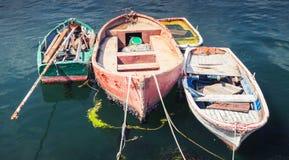 Oude kleine houten die vissersboten in haven worden vastgelegd Stock Afbeelding