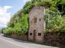Oude kleine Katholieke gesloten, veronachtzaamd en overwoekerde kerk, Lunigiana, Italië stock foto's