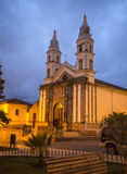Oude kleine kerk bij nacht Royalty-vrije Stock Foto's