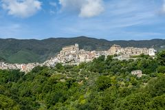 Oude kleine steenstad op clif in Calabrië in Italië stock fotografie