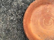 Oude kleischotel op cementvloer Royalty-vrije Stock Afbeelding