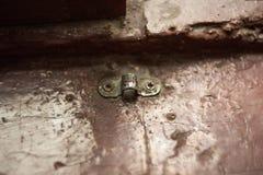 Oude klem voor een klink op een houten venster royalty-vrije stock afbeeldingen