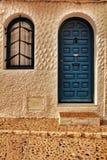 Oude kleurrijke deur en witte voorgevel in Altea stock afbeelding