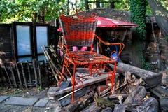 Oude kleurrijke rustieke houten stoel met de hand gemaakte antiquiteit stock afbeeldingen