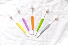 Oude kleurrijke tandenborstels op witte achtergrond Royalty-vrije Stock Afbeeldingen