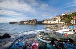 Oude kleurrijke vissersboten die op de kust in Camara de Lobos leggen Royalty-vrije Stock Afbeeldingen