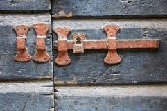 Oude Klink met Hangslot Stock Afbeeldingen