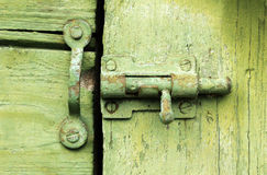Oude klink op groene houten deur Royalty-vrije Stock Afbeeldingen