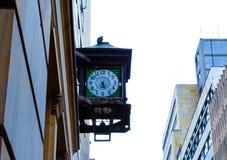 Oude klok in de stad stock afbeeldingen