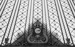 Oude klok in een spoorwegenpost Royalty-vrije Stock Afbeeldingen