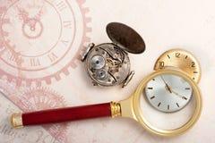 Oude klok en het overdrijven loupe Uitstekende stijl Royalty-vrije Stock Afbeeldingen