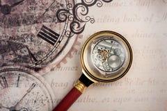 Oude klok en loupe Uitstekende tijd als achtergrond Royalty-vrije Stock Afbeelding