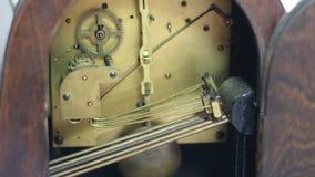 Oude klok klokkengelui en het slaan stock footage