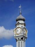 Oude klok op de hemel Stock Afbeeldingen