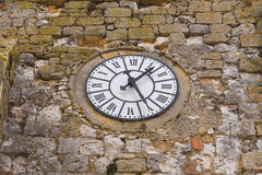 Oude klok op middeleeuwse kerk Royalty-vrije Stock Foto's