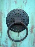 Oude kloppers op de deur Stock Afbeeldingen