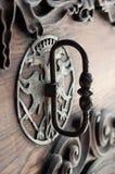 Oude kloppers op deur. Royalty-vrije Stock Afbeeldingen