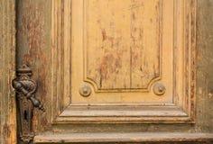 Oude knop op uitstekende houten deur stock fotografie