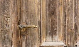 Oude knop op uitstekende houten deur royalty-vrije stock foto