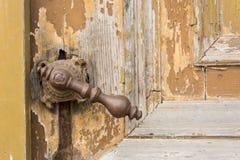 Oude knop op uitstekende houten deur royalty-vrije stock afbeeldingen