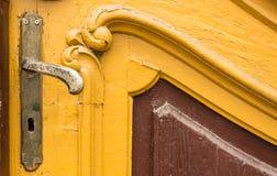 Oude knop op uitstekende houten deur royalty-vrije stock fotografie