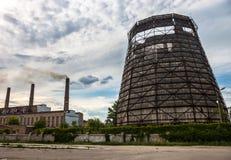 Oude koeltoren van de cogeneratieinstallatie in Kyiv, de Oekraïne Stock Afbeelding