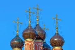 Oude koepels van de Orthodoxe Russische Kerk met kruisen royalty-vrije stock afbeeldingen