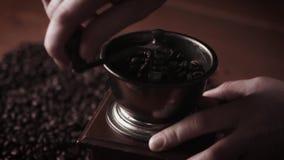 Oude koffiemolen stock footage