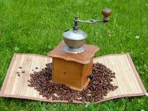 Oude Koffiemolen en koffiebonen Stock Afbeelding