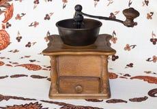 Oude koffiemolen (koffiemolen) bruin in kleur op tafelkleed Royalty-vrije Stock Foto's