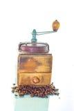Oude koffiemolen met bonen Royalty-vrije Stock Foto