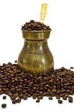 Oude koffiepot en bonen Stock Afbeelding