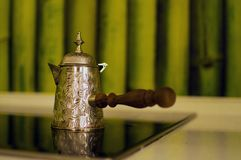 Oude koffiepot op de muur stock afbeelding