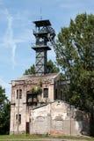Oude kolenmijnschacht met een mijnbouwtoren stock afbeeldingen