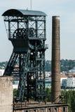 Oude kolenmijnschacht met mijnbouwtoren stock afbeelding