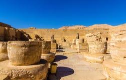 Oude kolommen in de Tempel van Medinet Habu stock afbeeldingen