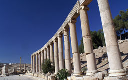 Oude kolommen in Jerash, Jordanië Stock Afbeeldingen
