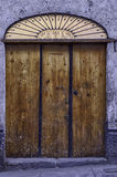 Oude Koloniale deur met metaal Stock Afbeelding