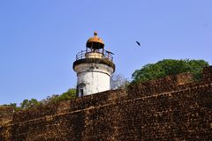 Oude koloniale vuurtoren en oude vestingsmuur van Tellicherry-Fort Royalty-vrije Stock Foto