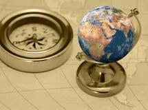 Oude kompas en aarde Royalty-vrije Stock Afbeeldingen