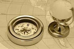 Oude kompas en glasbol Royalty-vrije Stock Fotografie