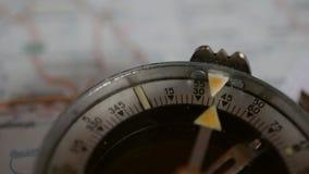 Oude kompas en kaart stock videobeelden
