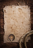 Oude kompas en kabel op grungeachtergrond Royalty-vrije Stock Foto's
