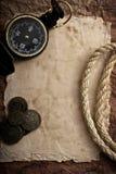 Oude kompas en kabel op grungeachtergrond Stock Foto